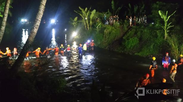 Tim SAR gabungan menyusuri sungai untuk mencari korban