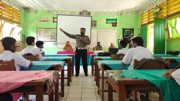 IPDA Rusli saat mengedukasi pelajar dalam program Lantas Masuk Sekolah