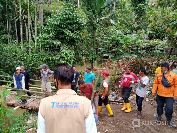 BPBD bersama TNI, Polri, OPD, dan masyarakat saat membangun jembatan darurat pasca ambruknya jembatan penghubung di SImpang Sugiran dan Nagari Suayan di Lima Puluh Kota