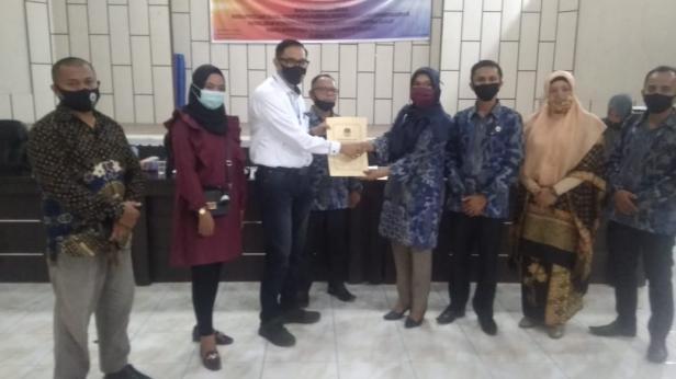 Ketua KPU Solsel Nila Puspita menyerahkan Berita Acara Rekapitulasi ke Balon Bupati Solsel Jon Matias