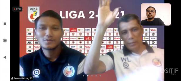 Pelatih Kepala Semen Padang FC Weliansyah (kanan) dan Manda Cingi (Kiri) saat konferensi pers jelang laga kontra Sriwijaya FC di Liga 2 2021