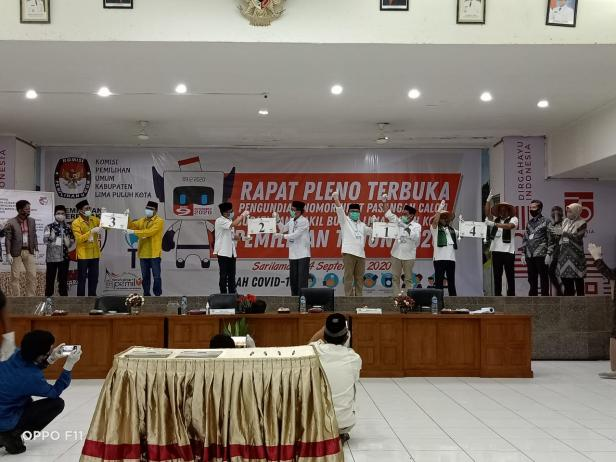 Paslon Bupati dan Wakil Bupati Lima Puluh Kota menunjukkan nomor urut mereka masing-masing.