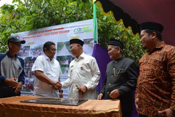 Walikota Padang Mahyeldi Ansharullah (tengah), didampingi Dirut PT. Semen Padang (dua dari kiri) dan tokoh masyarakat lainnya, bersalaman usai menandatangani prasasti peresmian jalan sepanjang 3,2 KM di Koto Baru, Kelurahan Limau Manih Selatan, Rabu, 20 November 2019.