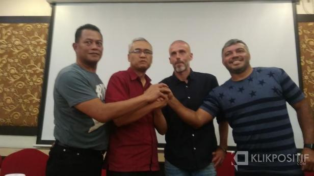 CEO PT PSS dan pelatih Eduardo Perez Moran serta asisten pelatih Danilo beberapa waktu lalu.