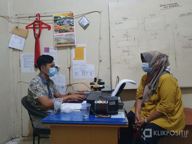 Penyidik Satreskrim Polresta Padang sedang memeriksa salah satu dari tiga tersangka