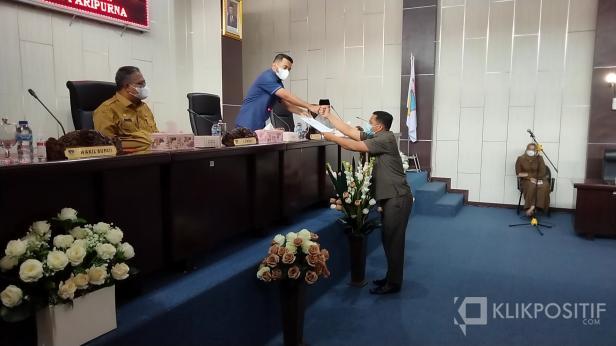 Ketua DPRD Solsel Zigo Rolanda menerima pandangan umum fraksi dari Juru bicara Fraksi PKS Dedi arisandi dalam rapat paripurna