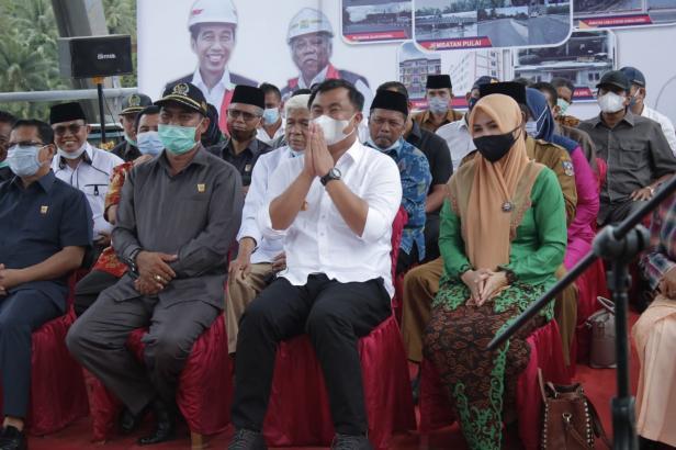Bupati Dharmasraya Sutan Riska Tuanku Kerajaan menunjukkan gestur terima kasih kepada Menteri PUPR RI Mochamad Basoeki Hadimoeljono ketika permintaannya mendapat respon baik dari Menteri PUPR.