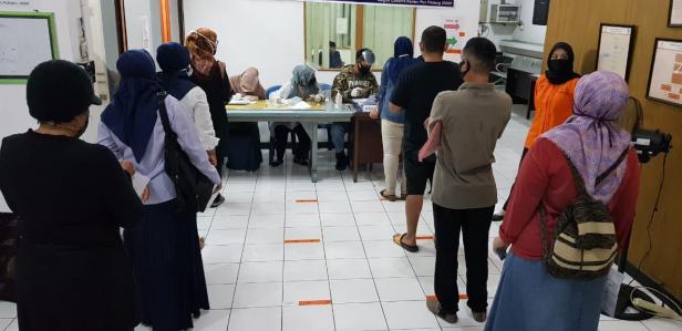 Warga sedang antri saat menerima BST di Kantor Pos Indonesia Cabang Padang, Jalan Bagindo Azizchan.