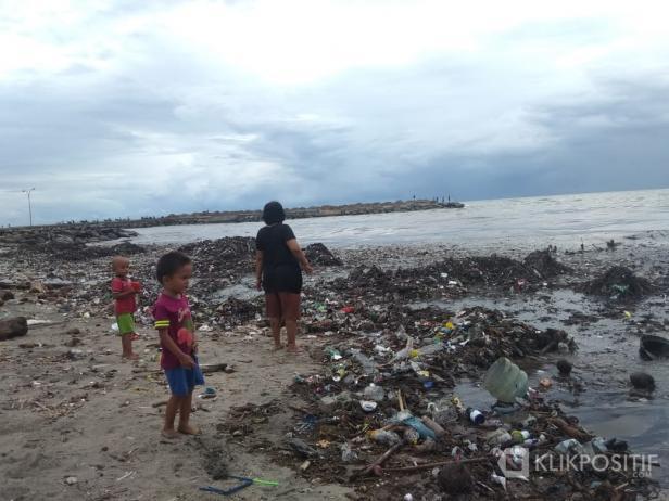 Tumpukan sampah yang ada di Pantai Padang pada Sabtu 10 Januari 2020 lalu