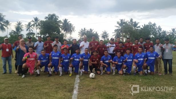 Semen Padang FC dan Persepak Payakumbuh foto bersama dengan Walikota Payakumbuh Riza Falepi