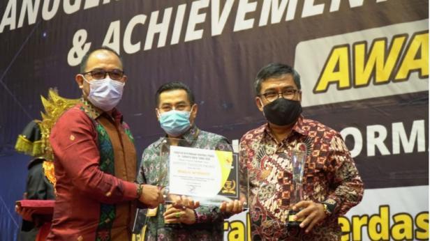 Rektor ITP, Dr. Ir. Hendri Nofrianto, MT saat menerima penghargaan
