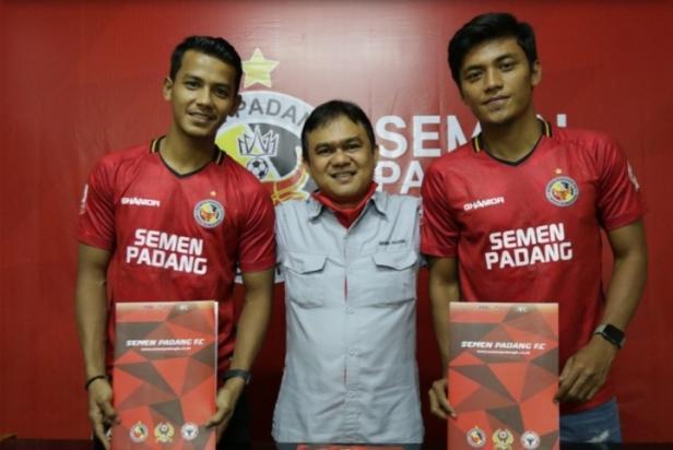 CEO Semen Padang FC Hasfi Rafiq Diapit Leo Guntara dan Irsyad Maulana