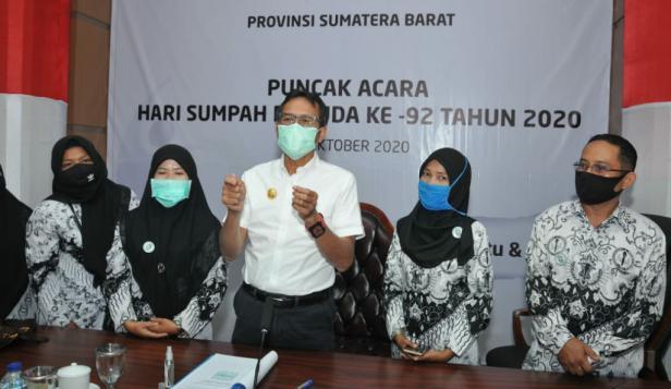 Gubernur Sumbar Irwan Prayitno bersama perwakilan guru honorer