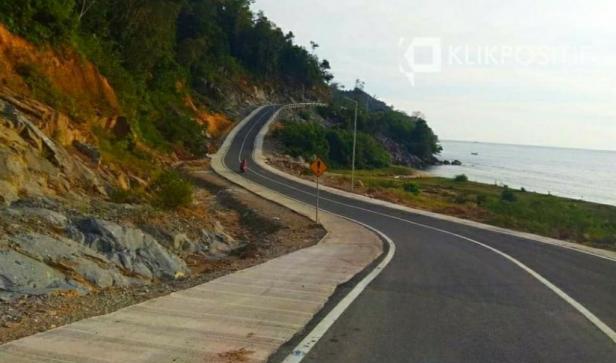 Jalan di kawasan Wisata Mandeh, Kabupaten Pesisir Selatan, Sumatera Barat