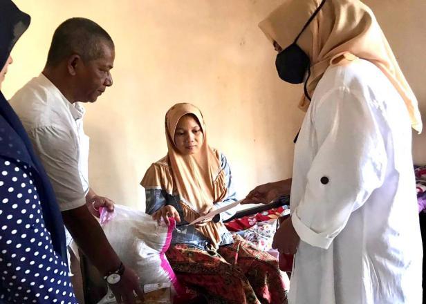 Tim AR Center Nurhaida dan Alwis Ray menyerahkan bantuan dari Andre Rosiade untuk keluarga Riski di Padang Sarai, Kototangah.