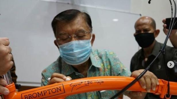 Mantan Wakil Presiden JK menandatangani  sepeda Brompton yang dilelangnya