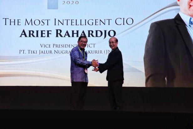 COO & Co-Founder CTI Group Rachmat Gunawan (Kanan) menyerahkan penghargaan The Most Intelligent CIO kepada VP of ICT JNE, Arief Rahardjo (kiri)