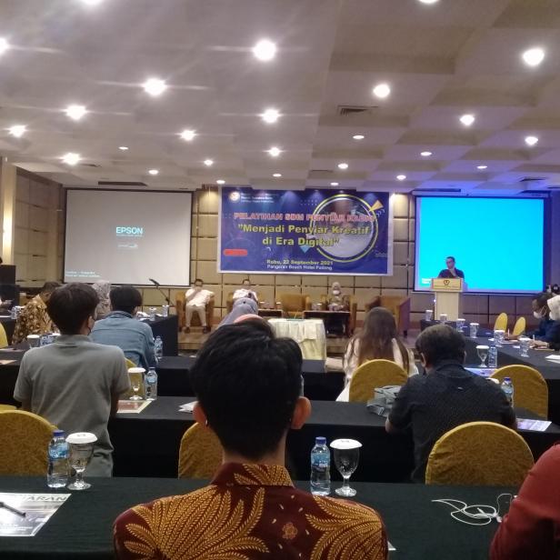 Jadi Penyiar Kreatif di Era Digital, KPID Sumbar Adakan Pelatihan untuk Penyiar se Sumatera Barat