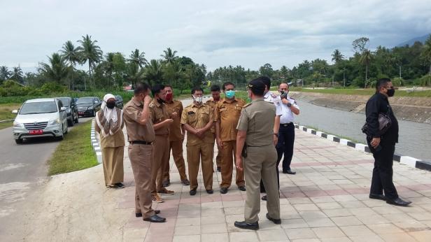 Kepala Dinas PUPR, Muslim saat mendamping Wakil Wali Kota Payakumbuh, Erwin Yunaz meninjau Kawasan Normalisasi Batang Agam.