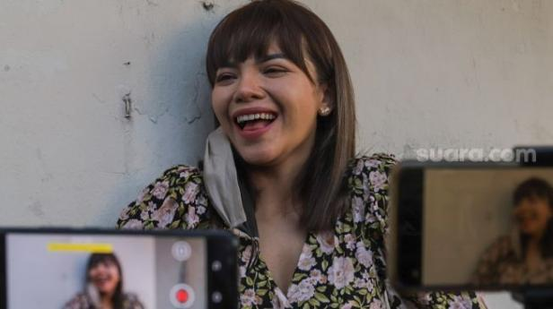 Dj Dinar Candy ketika ditemui awak media di Polda Metro Jaya, Jakarta Selatan, Sabtu (19/9).