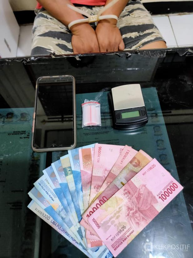 Barang bukti berupa uang, timbangan digital, dan narkotika jenis sabu