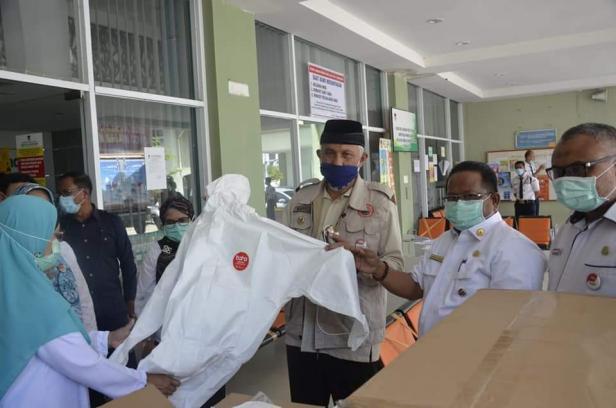 Wali Kota Padang memperlihatkan APD yang ada di RSUD Rasidin