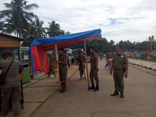 Personel Satpol PP Payakumbuh menertibkan lapak PKL di Kawasan Batang Agam.