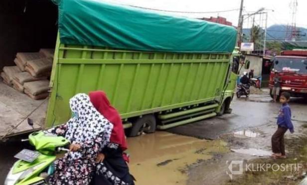 Truk bermuatan semen terpuruk di tengah jalan lintas propinsi tepat nya dihalaman Kantor Camat Talamau dan Kantor Wali Nagari Talu