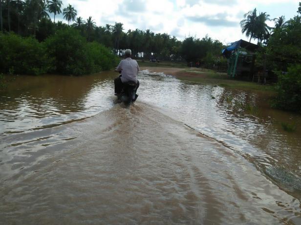Jalan menuju kawasan Simpang Tigo Buaya Putih, Nagari Taratak-Pessel Digenangi Air