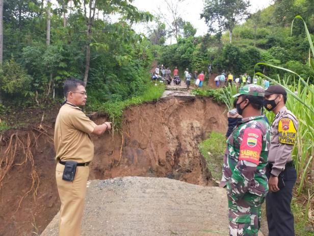 Camat Hiliran Gumanti dan unsur terkait meninjau lokasi jalan yang putus di Kayu Jangguik, Nagari Talang Babungo