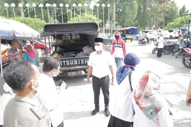 Wawako Solok, Dr. Ramadhani Kirana Putra dan tim BPOM Solok meninjau Pasar Raya Solok