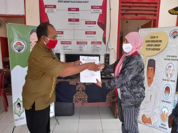 Pj Wali Nagari Talao Purwanto Menyerahkan sertifikat produksi pangan industri rumah tangga kepada salah satu kelompok UP2K Nagari Talao