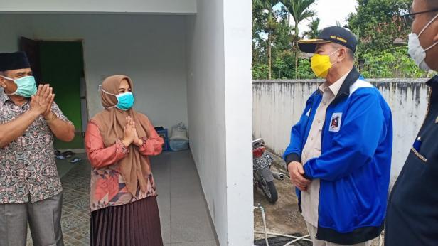 Pasien sembuh dari COVID-19 saat dikunjungi Wagub Sumbar Nasrul Abit