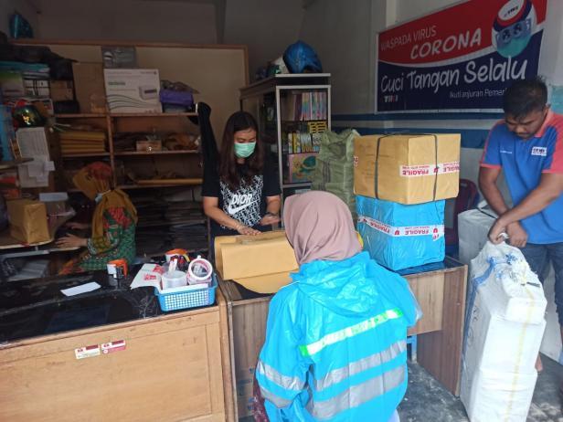 Pengiriman paket rendang di salah satu  jsa pengiriman paket barang di Kota Payakumbuh.