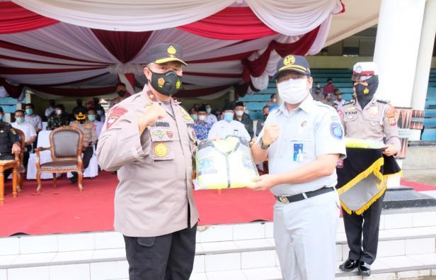 PT Jasa Raharja Sumatera Barat menyerahkan bantuan alat keselamatan lalu lintas berupa traffic cone, balikade dan rompi kepada Polisi Daerah Provinsi Sumatera Barat.
