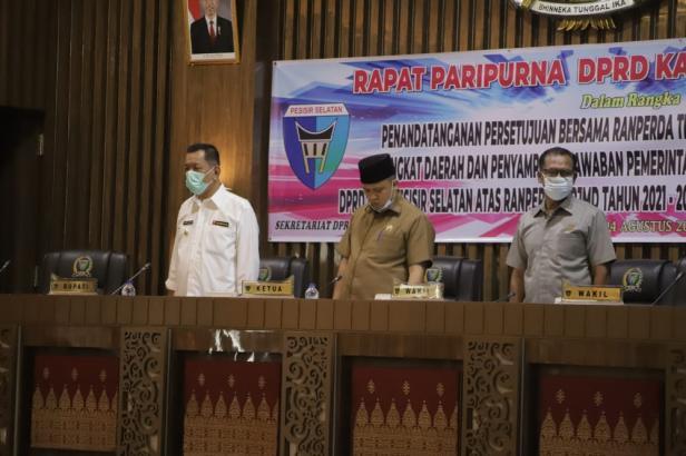 Bupati Pessel, Rusma Yul Anwar saat penyampaian jawaban Pemkab terhadap pandangan umum Fraksi DPRD Pessel terakit Ranperda RPJMD 2021-2026