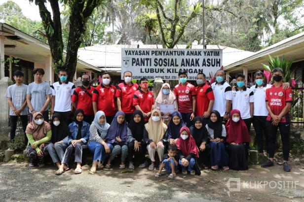 Manajemen dan Tim Semen Padang FC foto bersama anak Panti Sosial Anak Asuh Lubuk Kilangan