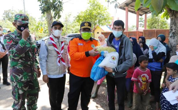 Ketua Kwarcab Pramuka Kota Solok, Dr. Dhani dan pengurus saat membagikan paket sembako kepada warga yang membutuhkan di kawasan TPA