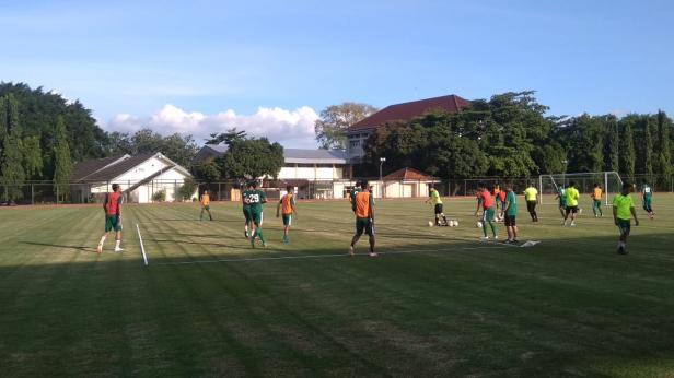 Suasana TC Persebaya Surabaya di Lapangan UNY, Yogyakarta.