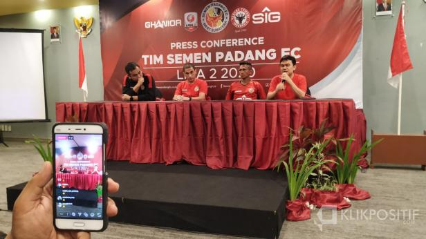 CEO Semen Padang FC Hasfi Rafiq didampingi Manajer Effendy Syahputra, Pelatih Eduardo Almeida, dan Ricky Akbar Ohorella saat press conference di Padang