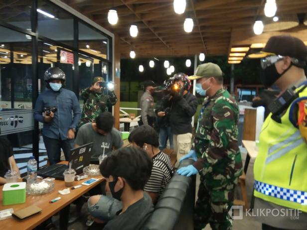 Dandim 0306/50 Kota Letkol Kav Ferry S. Lahe dan Kapolres Payakumbuh AKBP Dony Setiawan saat berada di sebuah Kafe yang terletak di Jalan Soekarno Hatta.
