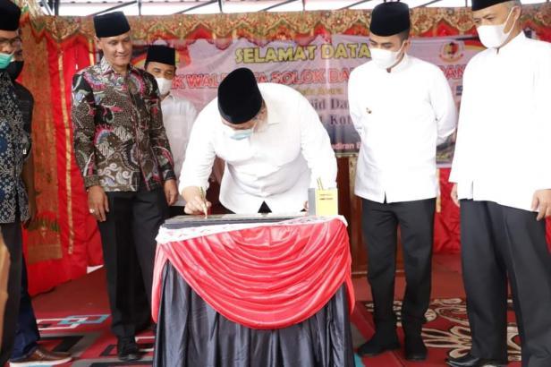 Wako Solok, H. Zul Elfian menandatangani prasasti tanda diresmikannya masjid Darianis Yatim di SMPN 1 kota Solok