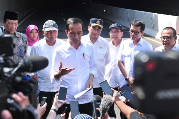 Presiden Jokowi menjawab pertanyaan wartawan terkait penanganan evakuasi WNI usai meresmikan Underpass YIA di Kulon Progo, Provinsi DI Yogyakarta, Jumat (31/1)