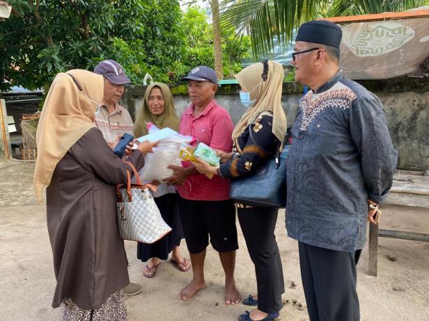 Pengurus DPD Gerindra Sumbar menyalurkan bantuan dari Andre Rosiade kepada keluarga nelayan Elmidawati  dan Edrison di Bungtekab