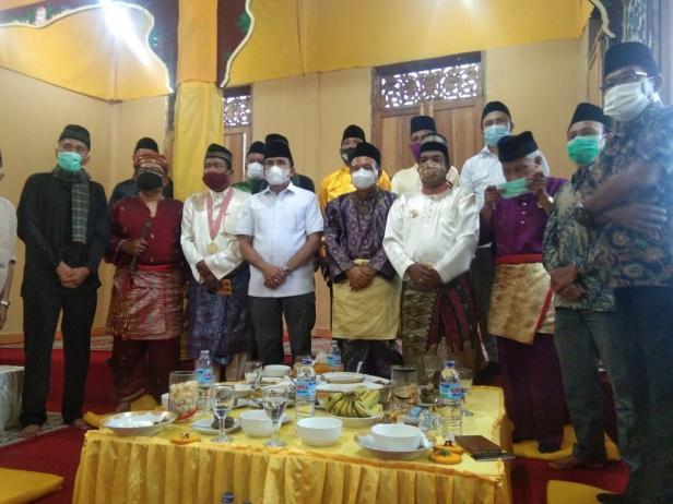 Calon Gubernur Sumatera Barat (Sumbar) Fakhrizal mendatangi rumah Kerajaan Putih Lindung Bulan di Pagaruyung, Tanah Datar, Senin, 9 November 2020.