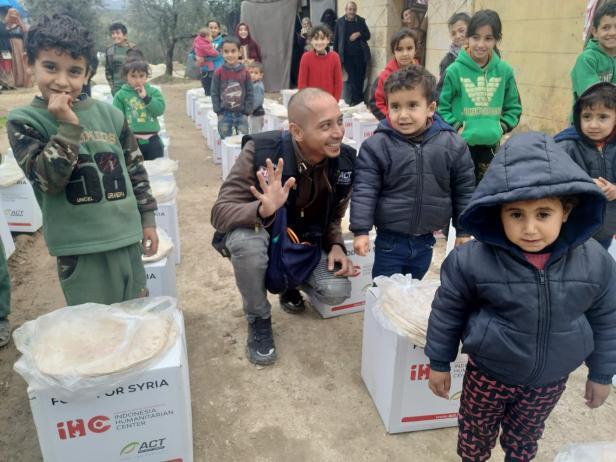 Fauzi Baadila sedang bersama anak-anak Suriah di pengungsian
