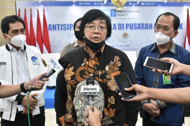 Menteri Lingkungan Hidup dan Kehutanan (LHK) Siti Nurbaya Bakar usai Diskusi Media Forum Merdeka Barat (FMB) 9: Antisipasi Karhutla di Pusaran Pandemi di Ruang Serbaguna Kementerian Kominfo, Jakarta, Jumat (17/07/2020).