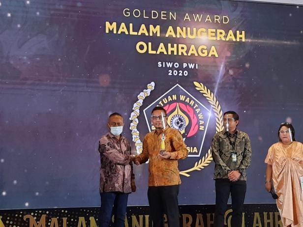 Ketua KONI Kabupaten Solok terima Golden Award dari SIWO PWI Pusat sebagai KONI Terdinamis tahun 2020
