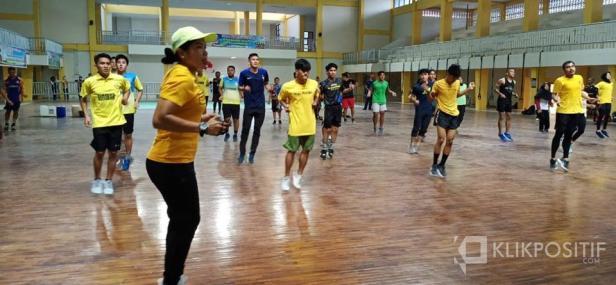 Latihan bersama atlet PON di GOR H Agus Salim Padang
