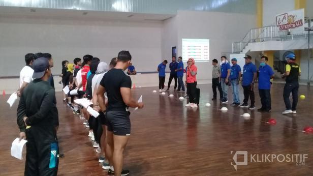 Komite Olahraga Nasional Indonesia (KONI) Sumatera Barat akan melakukan evaluasi secara menyeluruh pada atlet yang berangkat Pekan Olahraga Nasional (PON) November 2020.